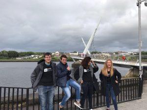 Ervin Schneider, Miguel Carbonel, Raquel Salat y Estefanía Losilla. En el puente de la Paz de Derry.